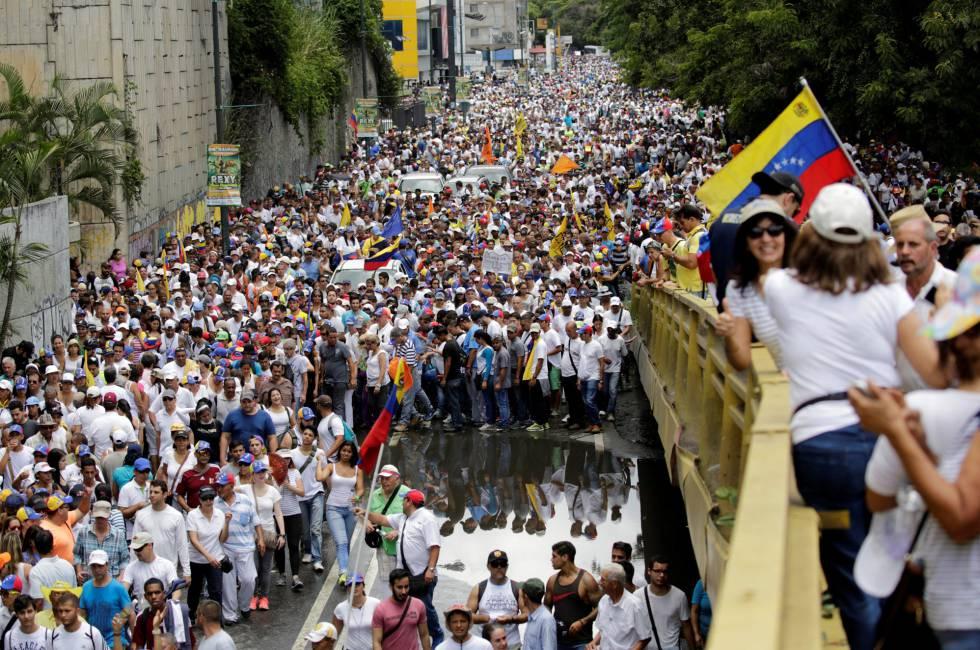Marcha contra Maduro ayer en Caracas (Venezuela).