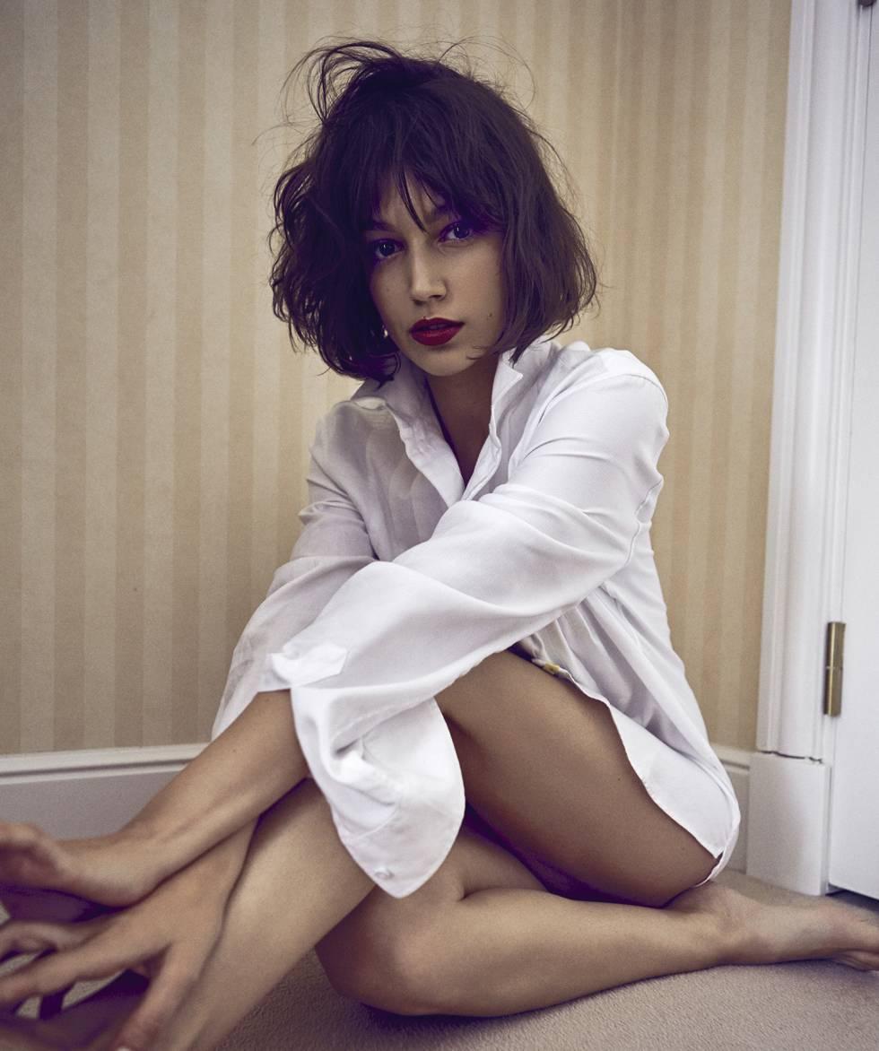 La actriz se ha puesto una camisa de la colección masculina de Emporio Armani.