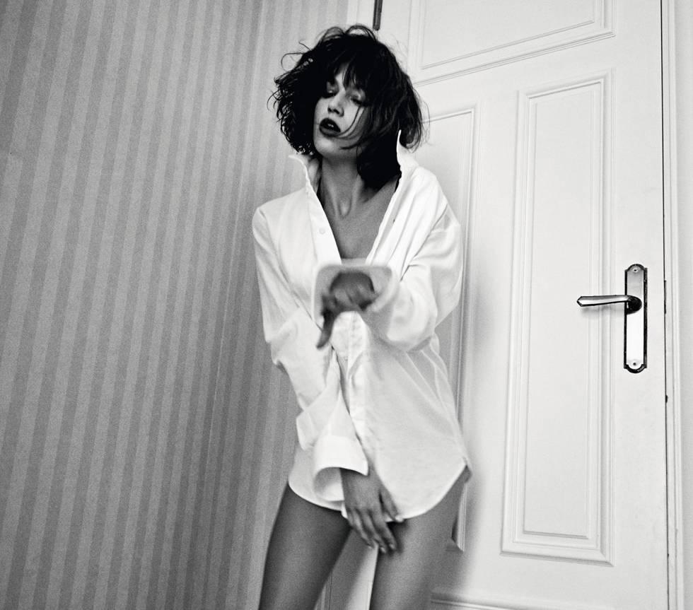 Úrsula pasea por la casa con una camisa masculina de Emporio Armani.