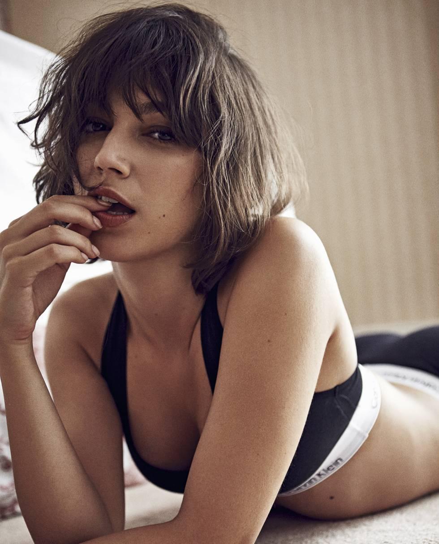 La actriz lleva sujetador deportivo Calvin Klein.