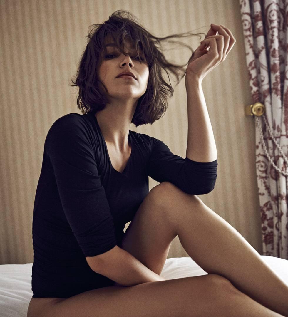 Úrsula. sobre la cama de una habitación en el Hotel Palace de Madrid, transformada en una bailarina sexy con un 'body' Wolford.