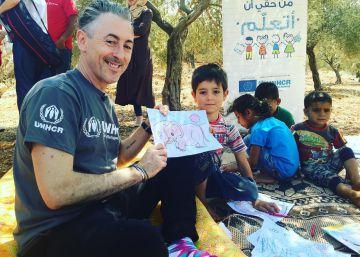 Alan Cumming visita un centro de refugiados en Líbano