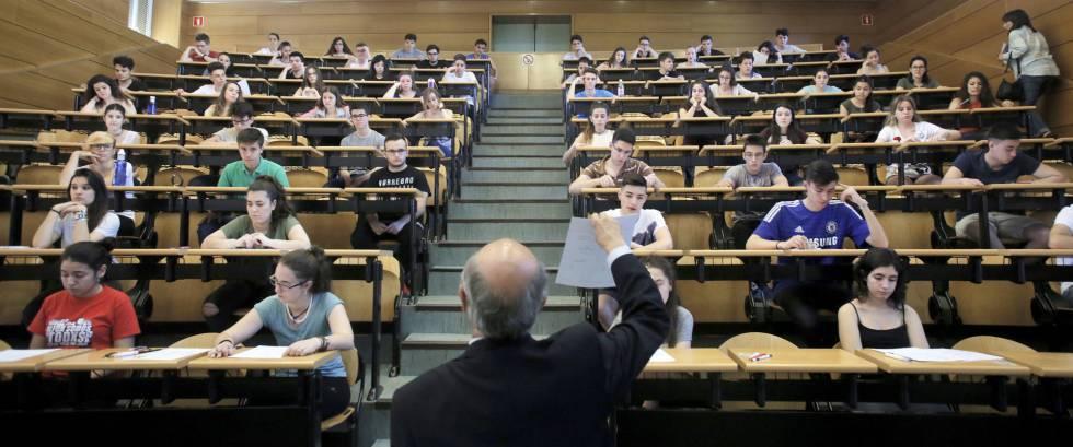 Profesor repartiendo un examen.