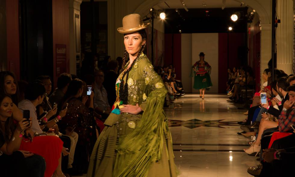 La vestimenta boliviana de la chola paceña se pasea por la Gran Manzana