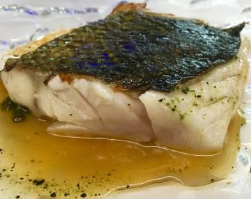 Lubina pescada por Artesans da Pesca y preparada en el restaurante Auga e Sal de Santiago de Compostela.