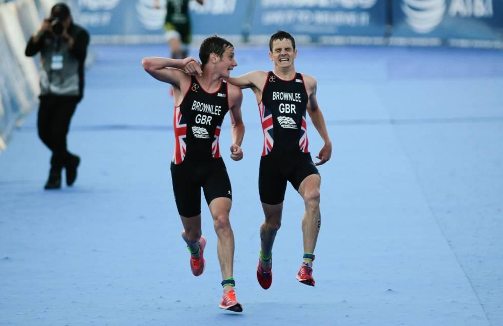 Alistair Brownlee (izquierda) ayuda a su hermano Jonathan Brownlee a terminar la carrera después de que este desfalleciera.