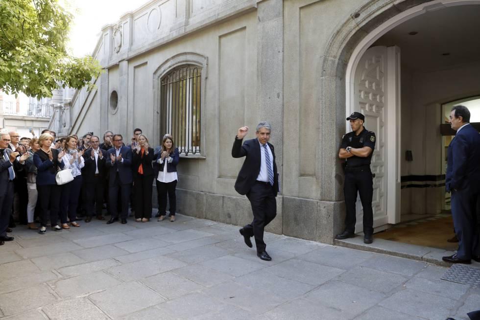 Llegada de Francesc Homs al Supremo, aplaudido por Artur Mas y otros nacionalistas e independentistas.