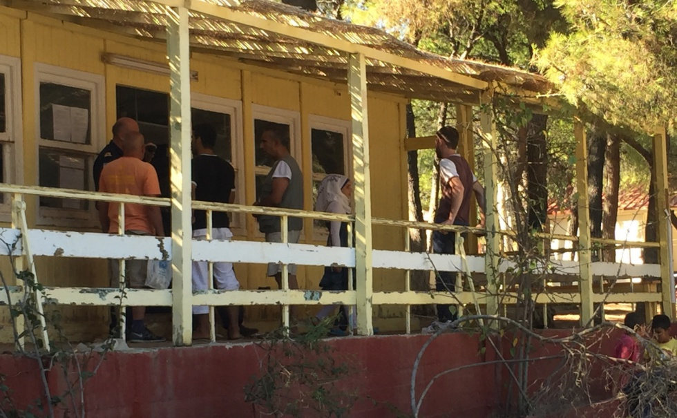Residentes se acercan al lugar donde la Marina distribuye la comida