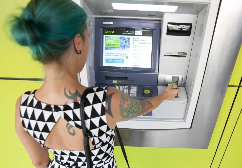 Extracción de dinero en un cajero de Bankia