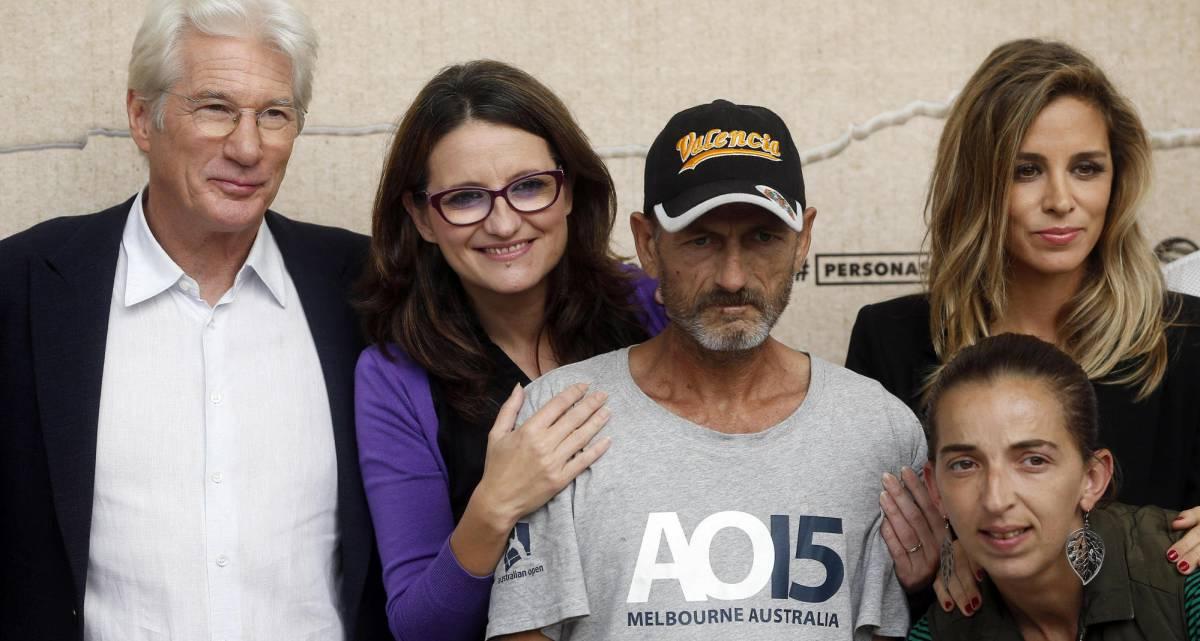 Richard Gere y su pareja Alejandra Silva, junto a la vicepresidenta del Consell valenciano, Mónica Oltra y personas acogidas por la fundación del actor.