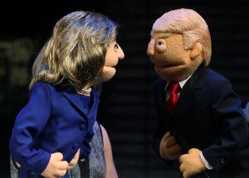 Muñecos de trapo para el debate de Clinton y Trump