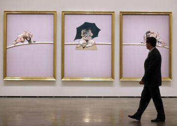 Un visitante observa un cuadro de Francis Bacon, en el Guggenheim de Bilbao.