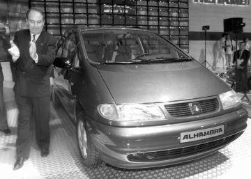 El presidente de SEAT, Joan Llorens, junto al Seat Alhambra en 1995.rn