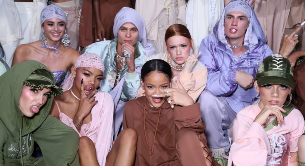 Rihanna con algunas de sus modelos en el camerino.