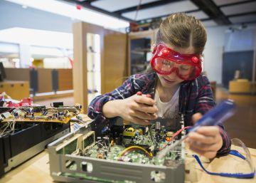 Niña monta un circuito electrónico.