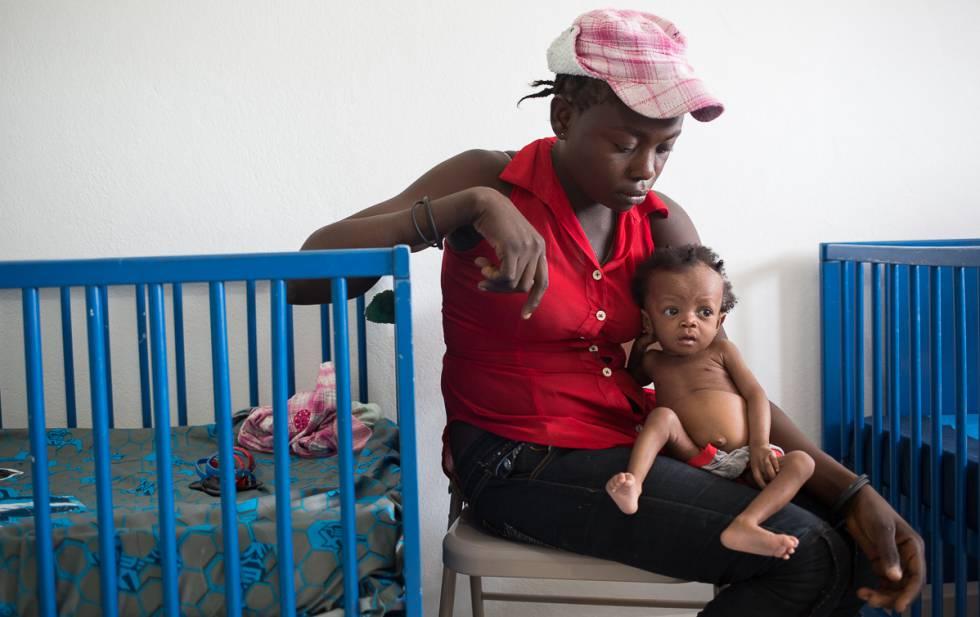 Una mujer con su hijo en un centro contra la desnutrición en Martissant (Haití).