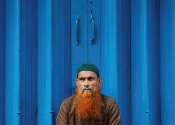 Un hombre espera en la puerta de un mercado en Colombo (Sri Lanka).