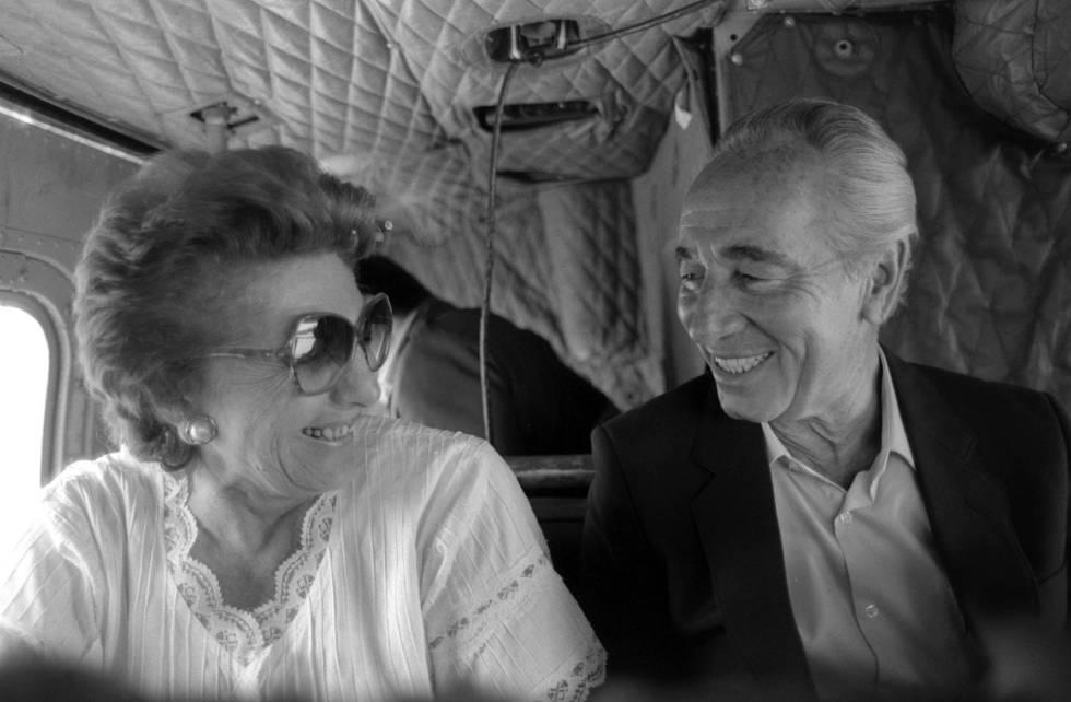 El expresidente israelí Simón Peres junto a su esposa, Sonya, en una imagen de 1985.