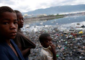 Niños en un área inundada tras el paso del huracán Matthew, en Haití.