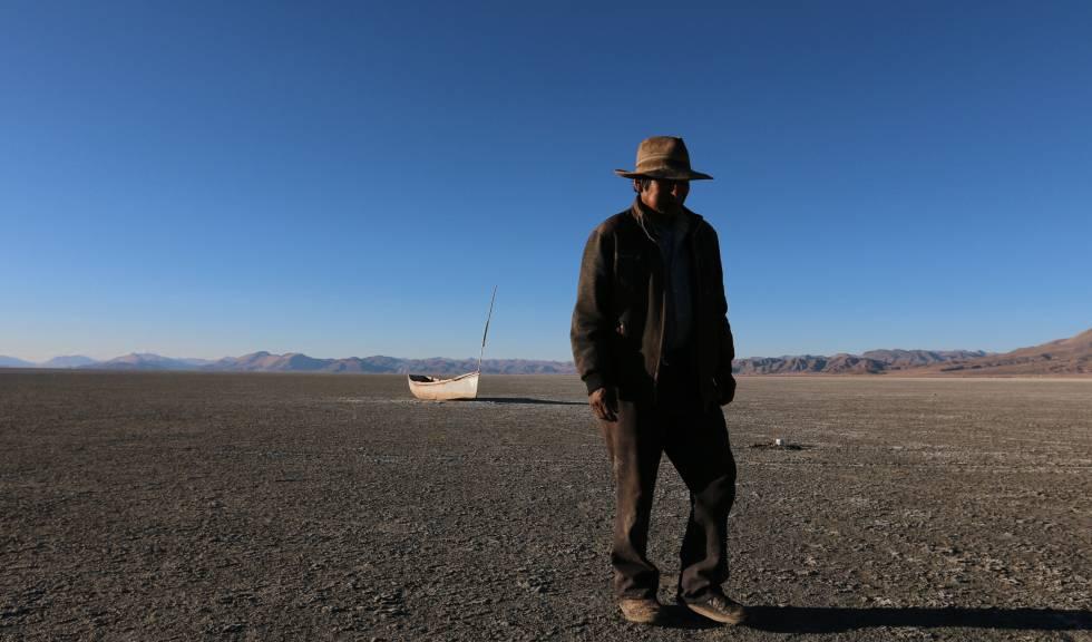 Braulio regresa a su casa ya sin peces, tras visitar su antigua barca.