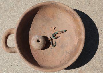 Semillas, platos, anzuelos, 'bañeras'... de hace 2.500 años
