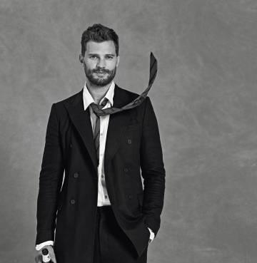 El actor se ha puesto chaqueta y pantalón Bottega Veneta. La camisa y la corbata son Massimo Dutti.