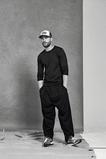 Jamie Dornan lleva jersey Fay, pantalón Marni, zapatillas New Balance y su propia gorra.