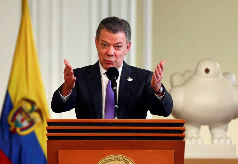 Santos saluda el aplauso recibido tras conocerse el Premio Nobel de la Paz.