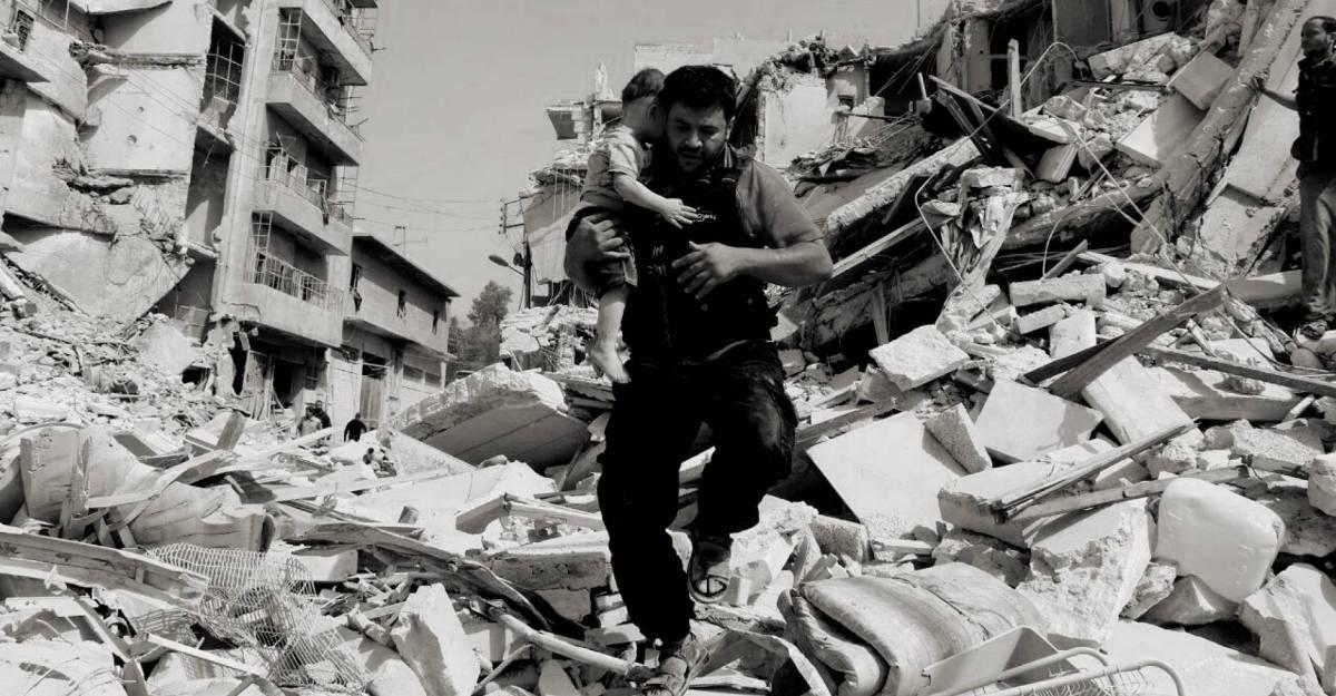 Mohamed Alaa El Jaleel rescata a un niño entre los escombros en Alepo.