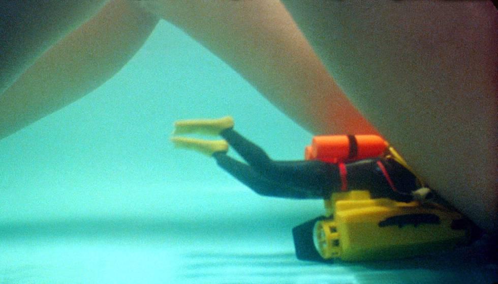 Pedro Almodóvar quiso que un muñeco Madelman buceador se metiese entre las piernas de Victoria Abril en '¡Átame!' (1990).