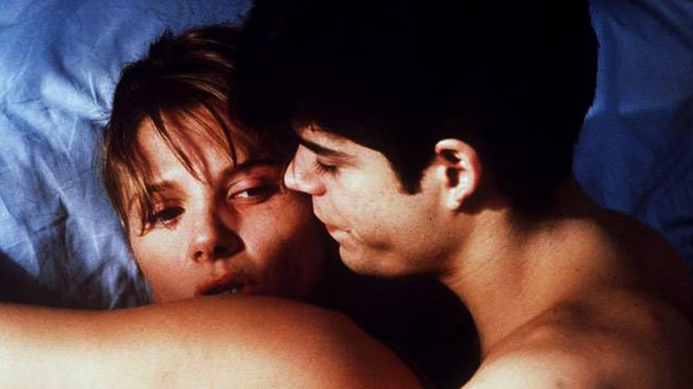 Jorge Sanz, Maribel Verdú y Victoria Abril protagonizan un trío amoroso en 'Amantes' (1991), dirigida por Vicente Aranda y ambientada en la España de los 50.