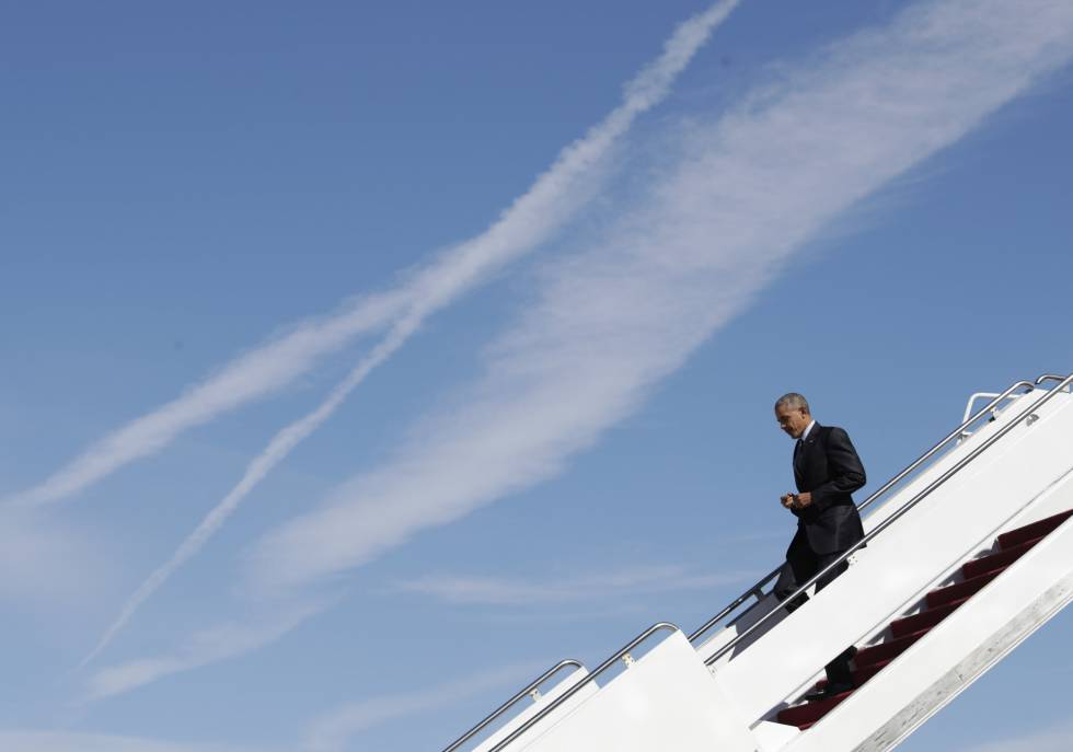 Obama desciende del Air Force One en el aeropuerto de Greensboro (Carolina del Norte).