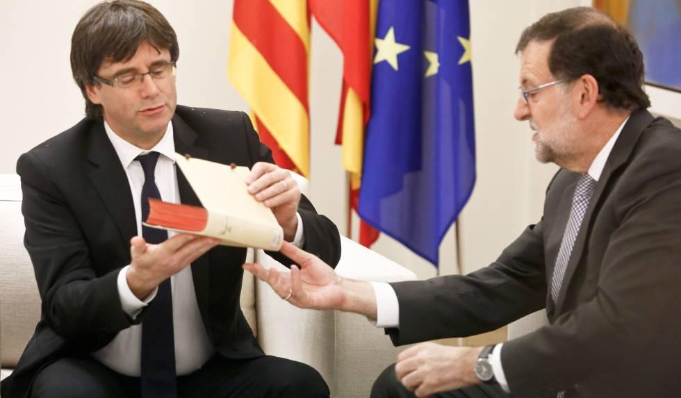 Rajoy recibe Puigdemont en La Moncloa, el pasado abril.