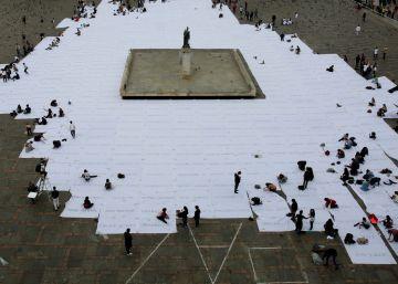 Doris Salcedo cubre la plaza Bolívar de Bogotá de blanco por la paz