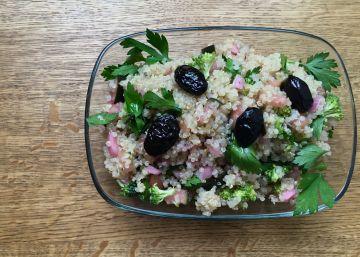 Ensalada de quinua con aceitunas y encurtidos caseros
