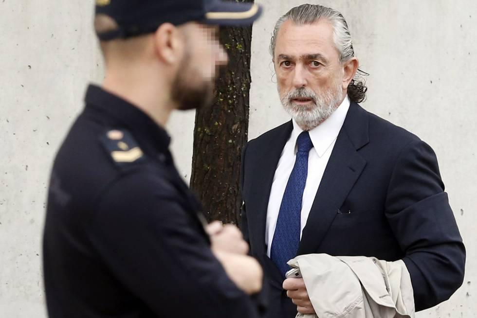 Francisco Correa junto a uno de los policías que custodian el edificio donde se juzga el 'caso Gürtel'.