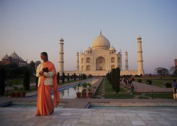 La basura ennegrece el Taj Mahal