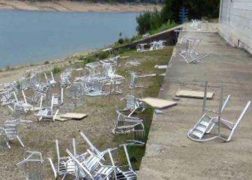 Unos jóvenes destrozan la terraza de un club náutico por diversión