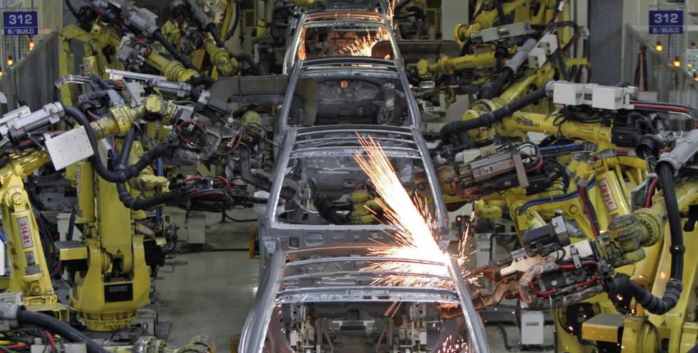 Robots en una fábrica de coches en el sur de la India.