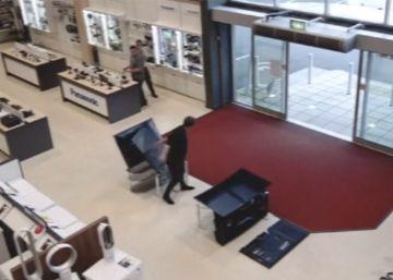 El cliente más torpe: tira cuatro televisiones en cuatro segundos