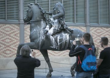 Huevos, pintura y 'estelades'... el castigo a la estatua de Franco
