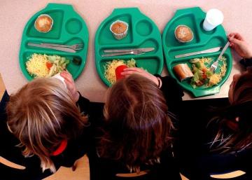 Vergüenza en los colegios españoles: 10 millones de kilos de comida acaban en la basura