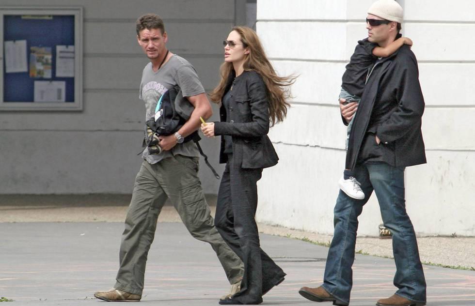 Angelina Jolie con Mark Billingham y su hermano (que lleva a Maddox en brazos), en 2007.