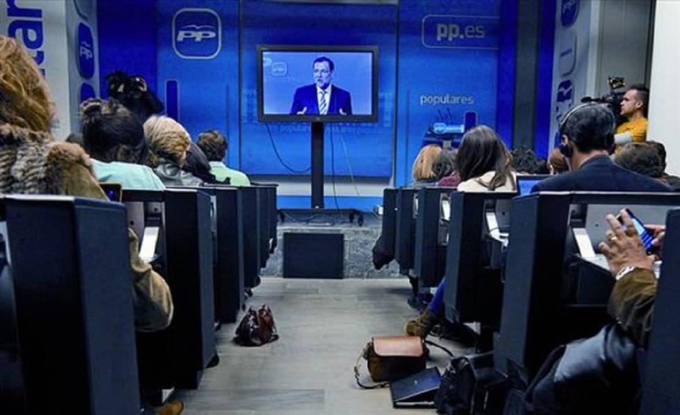 Mariano Rajoy durante su comparecencia en una televisión de plasma desde la sede del partido.