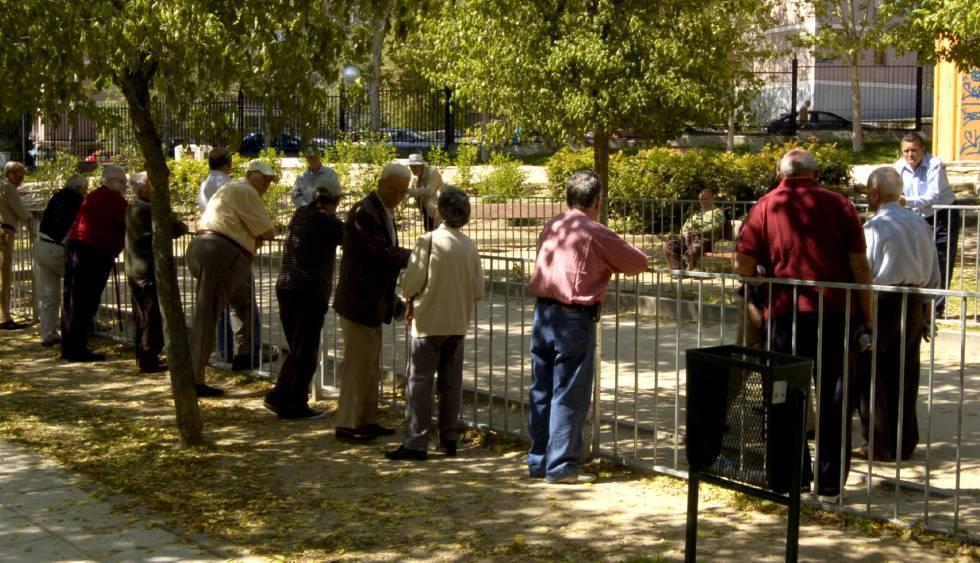 Un grupo de jubilados se reunen en un parque madrileño para jugar a la petanca.