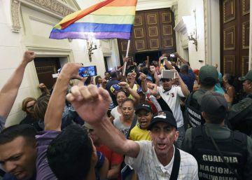 Cientos de simpatizantes chavistas asaltan el Parlamento de Venezuela