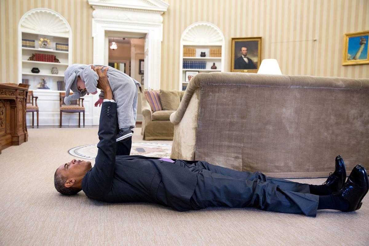 Obama juega con Ella Rhodes, hija del consejero de Seguridad, durante la fiesta de Halloween en 2015.rn
