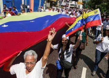 Miles de personas salen a las calles de Venezuela.