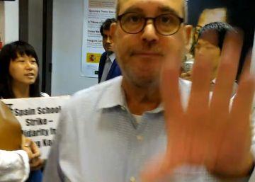 El cónsul español en Hong Kong expulsa a varios manifestantes chinos que entraron en la sede