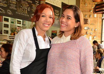 Leonor Espinosa y su hija Laura Hernández, en el comedor de Misia, en Bogotá.